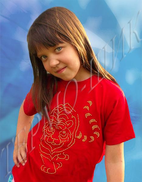 девочка в красной футболке с тигром из страз