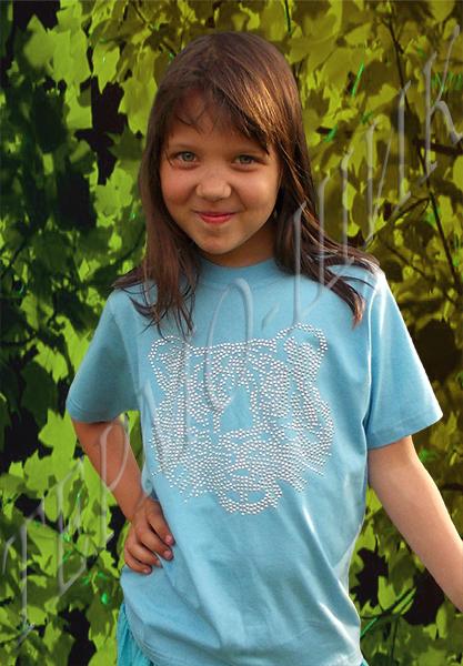 девочка в голубой футболке с головой тигра из страз