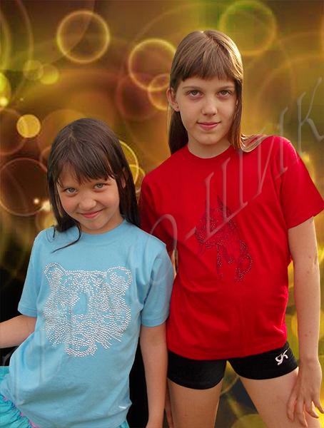 девочки в футболках с рисунками из страз