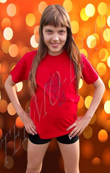 девочка в красной футболке с догом из страз