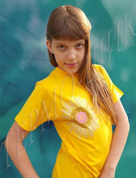 девочка в жёлтой футболке с солнышком из страз