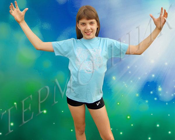 девочка в голубой футболке с тигром из страз